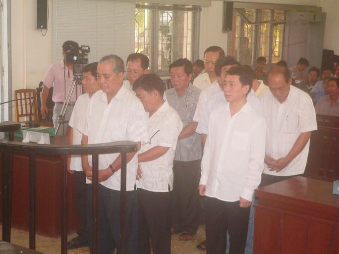 Các bị cáo nghe tuyên án. Nguyên bí thư Nguyễn Hồng Lâm đứng vị trí bìa phải