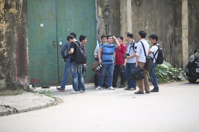 Đông đảo các phóng viên đứng bên ngoài cửa sân Ninh Bình