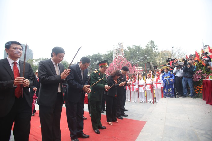 Lãnh đạo các bộ ban ngành trung ương và thành phố Hà Nội dâng hương tại tượng đài Quang Trung