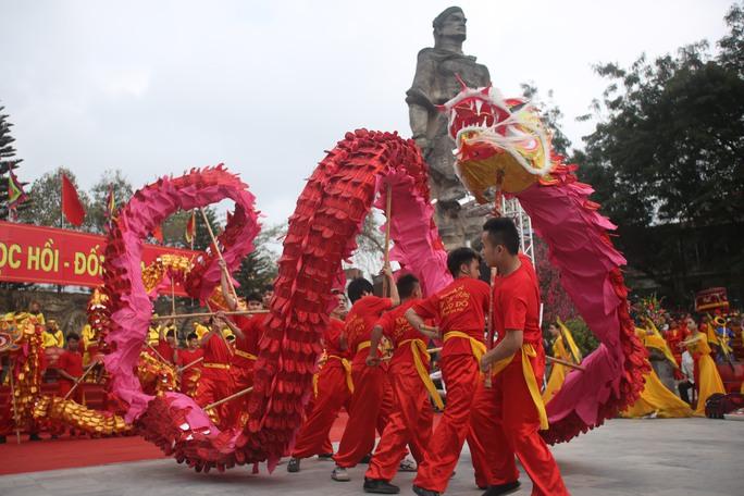 Màn múa rống đặc sắc ngay dưới chân tượng đài Quang Trung mở màn Lễ hội