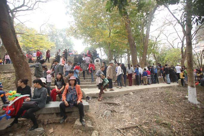 Người dân lên Gò Đống Đa, nơi được cho là mồ chôn xác quân xâm lược