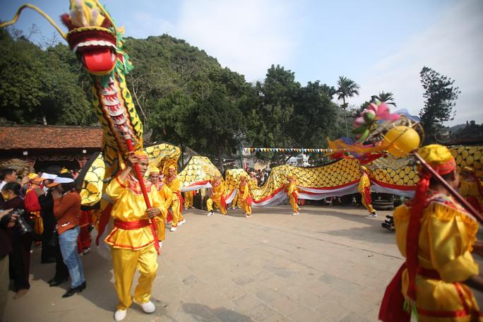 Màn múa rồng truyền thống ở lễ khai hội
