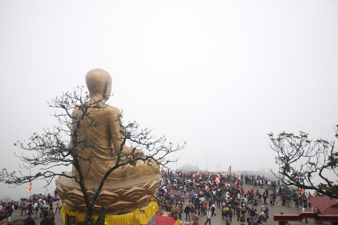 Du khách hành hương dưới chân tượng Phật hoàng