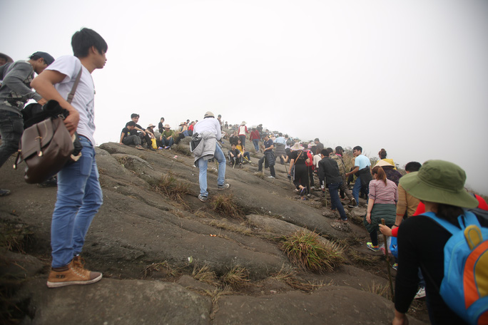 Hàng ngàn người đã vượt qua những vách đá treo leo như thế này để mong ước chạm vào được chùa Đồng