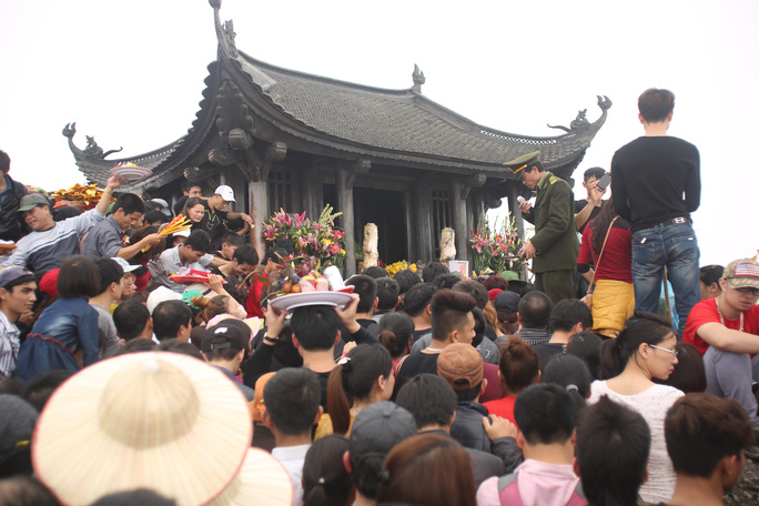 Ai cũng muốn chạm tay vào chùa Đồng nhưng không phải ai cũng hiện thực hoá được mong ước ấy bởi lượng người luôn quá tải