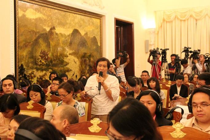 Phóng viên Bích Diệp của Báo Người Lao Động đặt câu hỏi tại cuộc họp báo