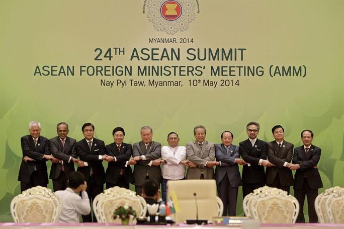 Phó Thủ tướng, Bộ trưởng Phạm Bình Minh (thứ 4 từ trái qua) nắm tay đoàn kết với các Bộ trưởng Ngoại giao ASEN tại AMM - Ảnh EFE