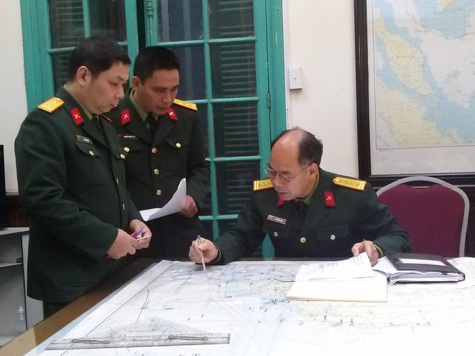 Không khí tác nghiệp khẩn trương tại Phòng chỉ huy của Ủy ban Quốc gia tìm kiếm cứu nạn