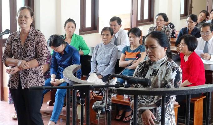 """Bị cáo Nguyễn Thị Sạnh (trước vành móng ngựa) bị tuyên 17 năm tù về tội """"Lừa đảo chiếm đoạt tài sản"""" của nhiều người."""
