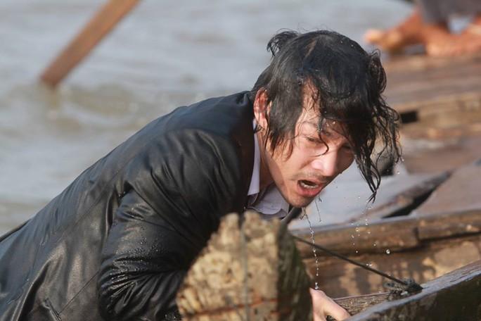 Trần Bảo Sơn tơi tả vì vai diễn trong Đoạt hồn, đạo diễn và cả dàn diễn viên chính trong phim đều hết lời khen ngợi diễn xuất của anh.