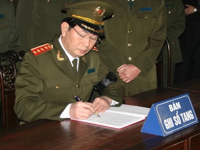 Bộ trưởng Bộ Công an, Đại tướng Trần Đại Quang ghi sổ tang trong lễ tang Thượng tướng Phạm Quý Ngọ
