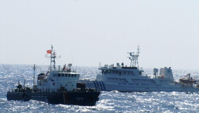 Các tàu Trung Quốc luôn hung hăng xông tới, giở trò ném đá và chai lọ sang tàu làm nhiệm vụ bảo vệ chủ quyền của Việt Nam