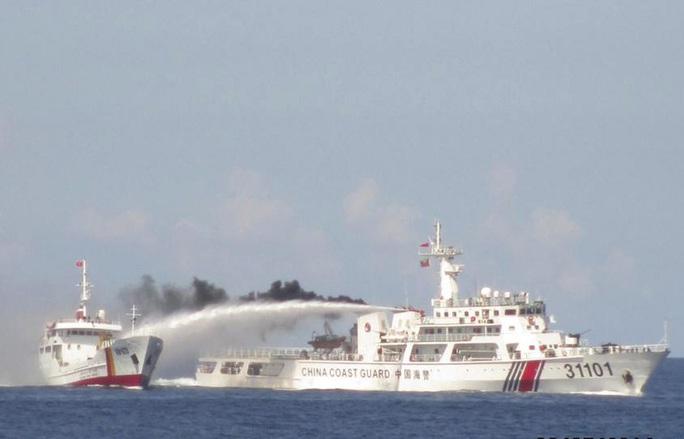 Tàu Trung Quốc tấn công quyết liệt, phun vòi rồng vào tàu kiểm ngư của Việt nam