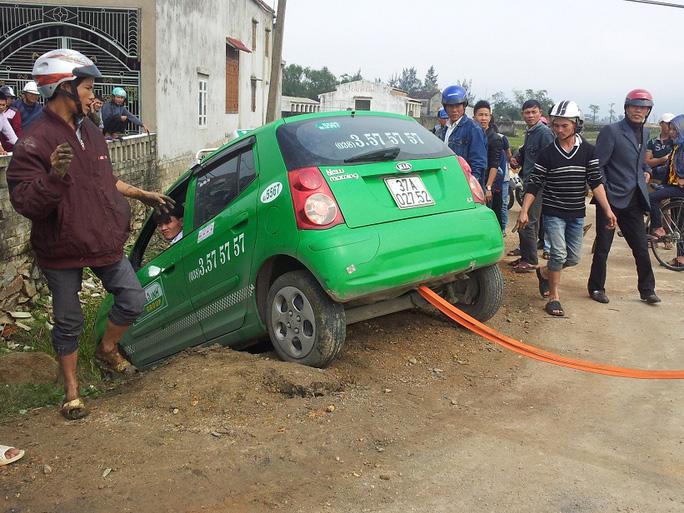 Chiếc taxi Mai Linh lao xuống hố sâu ven đường