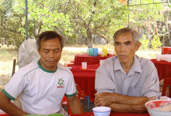 Ông Trần Duy Đán (bố vợ nạn nhân Thọ - bìa phải), cho biết nhà của Chủ tịch UBND xã Tiến Hưng cũng bị côn đồ ném trứng thối vào ngày Mùng 1 Tết Giáp Ngọ 2014!