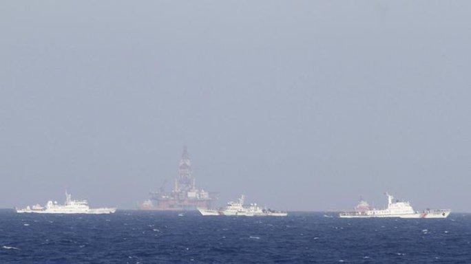 Trung Quốc huy động đội tàu hàng trăm chiếc bảo vệ giàn khoan Hải Dương 981 hạ đặt trái phép trong vùng biển của Việt Nam - Ảnh: Reuters