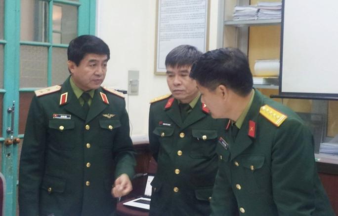 Trung tướng Võ Văn Tuấn (trái) đang chỉ đạo việc tìm kiếm tại Trung tâm chỉ huy điều hành, Ủy ban quốc gia tìm kiếm cứu nạn - Ảnh: Văn Duẩn