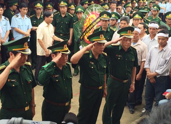 Thiếu tướng Nguyễn Cảnh Hiền (hàng đầu, thứ hai từ trái qua) cùng các sĩ quan biên phòng chào vĩnh biệt 2 đồng đội đã hy sinh tại lễ truy triệu