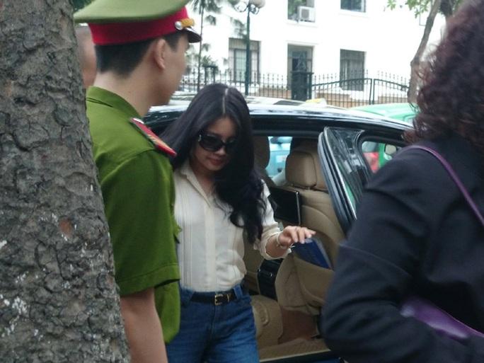 Bà Đặng Ngọc Lan, vợ bầu Kiên, đến tòa trên chiếc xe đắt tiền