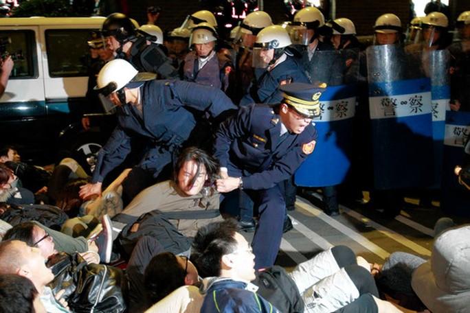 Cảnh sát Đài Loan đưa các sinh viên biểu tình ra khỏi văn phòng nội các sáng 24-3. Ảnh: AP