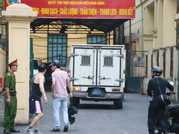 Xe chở bị cáo Nguyễn Đức Kiên đến tòa từ rất sớm