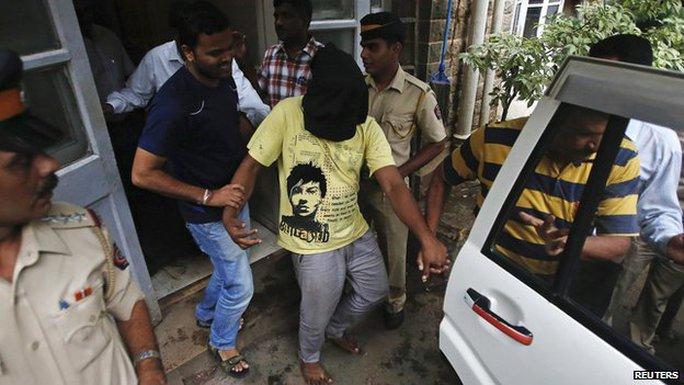 Kẻ tấn công nữ phóng viên ảnh khi cô đang tác nghiệp lúc bị bắt. Ảnh: Reuters