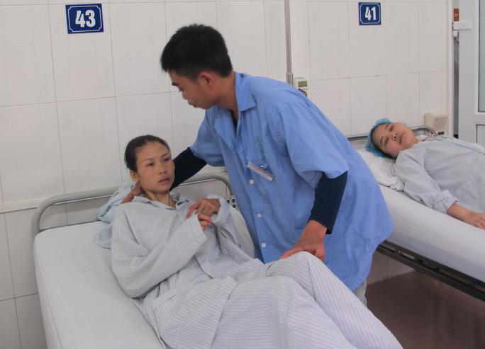 Chú rể ân cần đưa cô dâu về giường bệnh