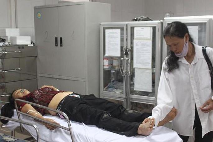 Một nạn nhân bị thương năng của vụ tai nạn đang được điều trị tại bệnh viện. (ảnh Hòa Doãn)
