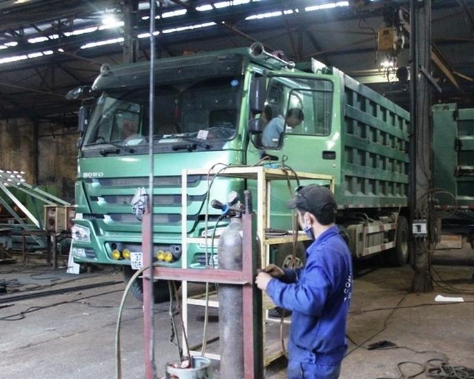 Tiến hành cắt gọt thùng các xe hổ vồ tại Cty CP Cơ khí Vinh.