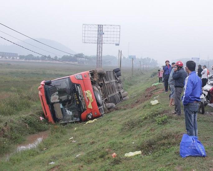 Mất lái xe khách bay xuống ruộng.