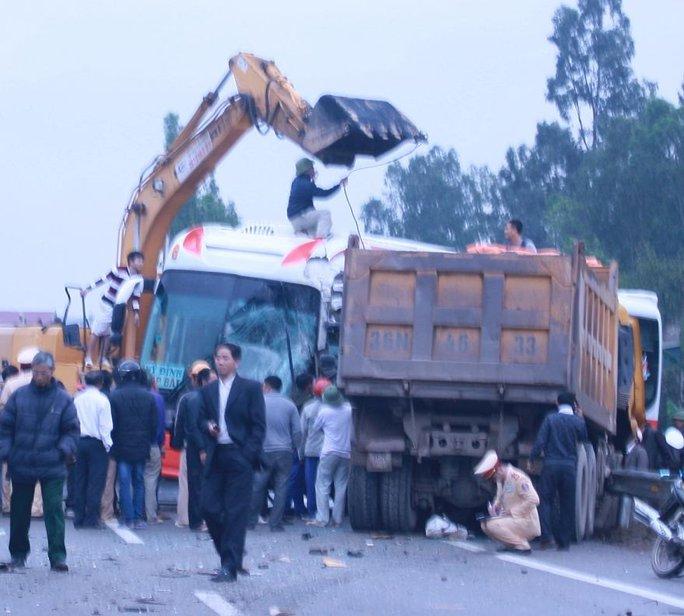 Hai xe ô tô dính chặt vào nhau sau vụ tai nạn. Ảnh: Phê Nguyễn
