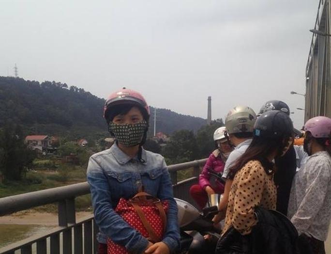 Nhiều người dân tập trung trên cầu Bến Thủy nơi nghi vấn mẹ con chị Th. tử vẫn.