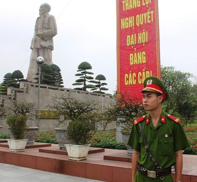 Chiến sĩ Phạm Xuân Vinh đang làm việc tại Quảng trường Hồ Chí Minh.