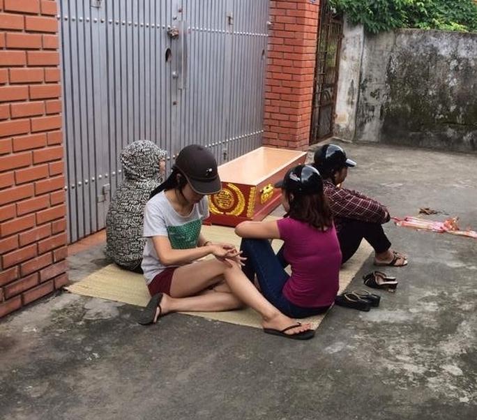Bà Xoan cùng người nhà đem quan tài đến đặt trước nhà ông Hòa để đòi tiền.