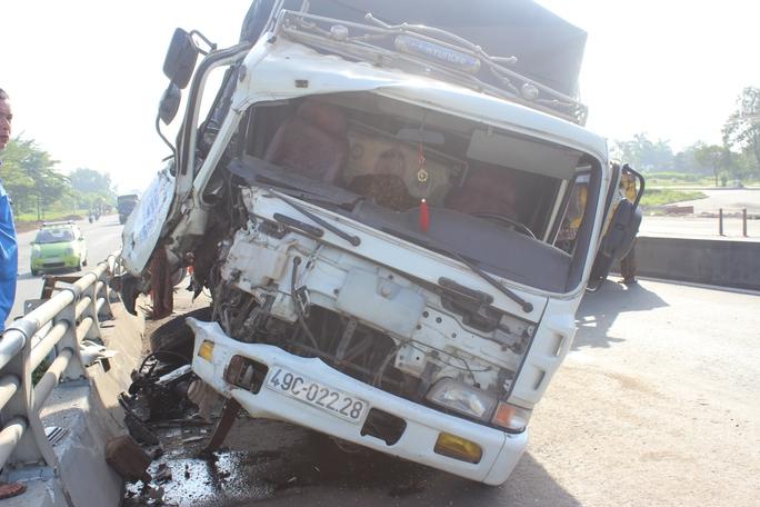 Cú đâm mạnh khiến xe hư hại rất nặng, may mắn tài xế không bị ảnh hưởng nghiêm trọng