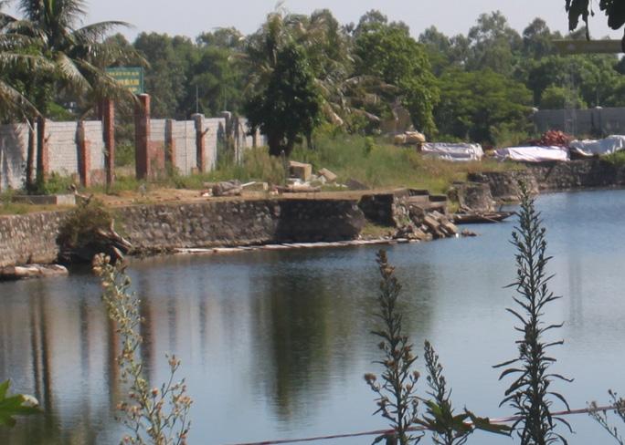Hồ nước nơi 3 em học sinh đuối nước.