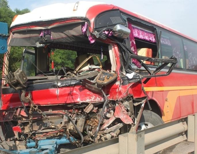 Xe khách bẹp dúm sau vụ tai nạn.