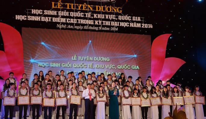 Các học sinh xứ Nghệ tại lễ vinh danh tối 1-9.