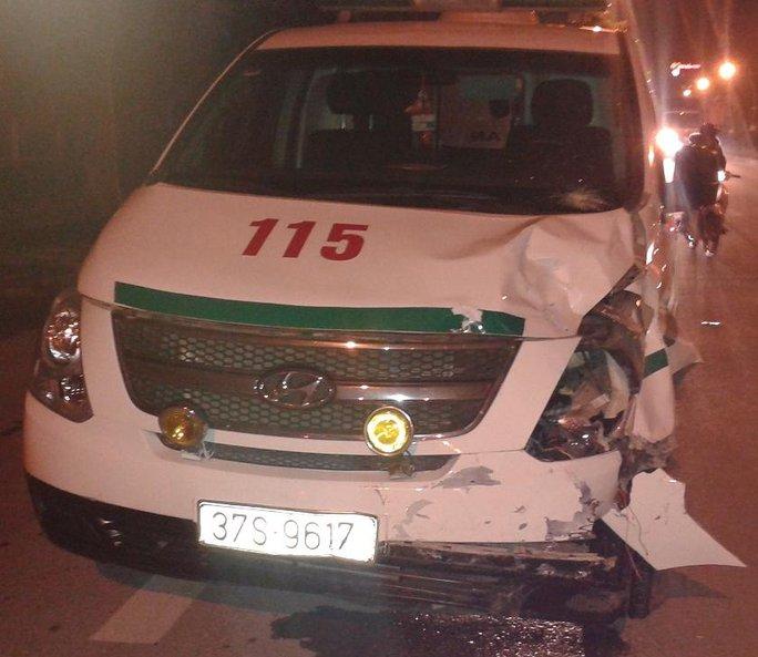 Xe cứu thương hỏng phần đầu sau khi va chạm với xe máy.