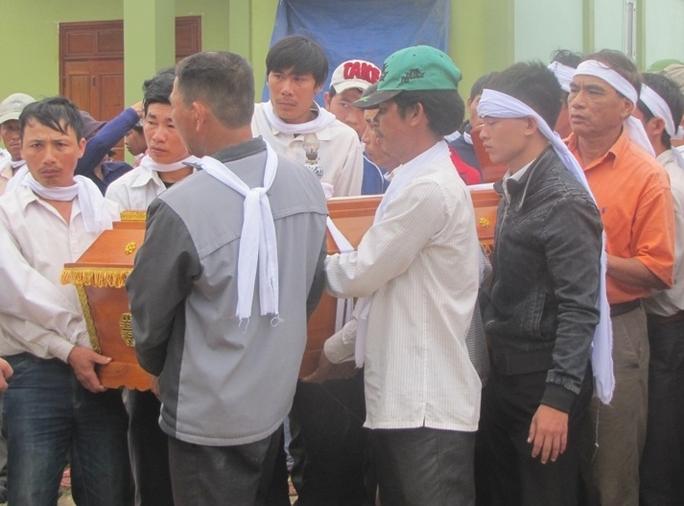 Người thân làm thủ tục mai táng cho ông Hồ Văn Trường.