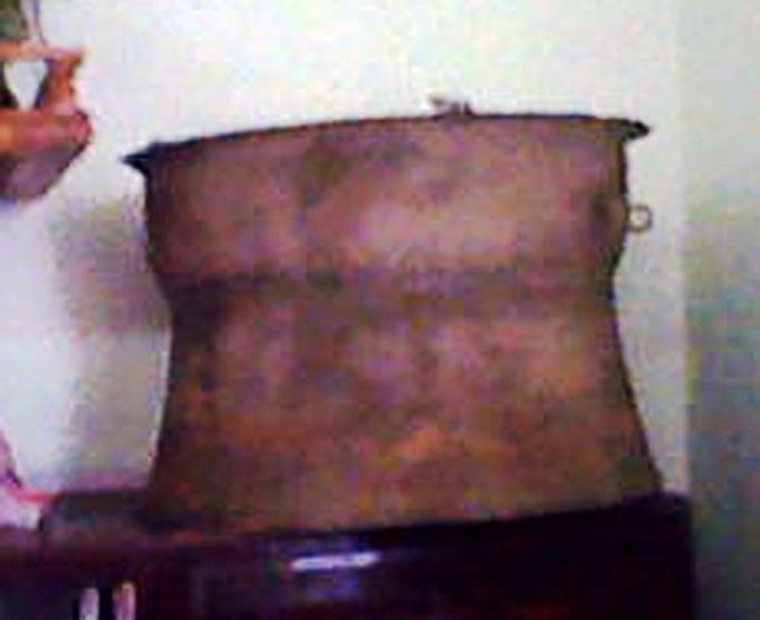 Chiếc trống đồng được gia đình chị Liên tìm thấy trong lúc làm vườn