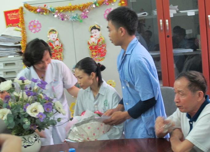 Điều dưỡng trưởng Trần Bích Phương chúc mừng cặp tân lang, tân nương