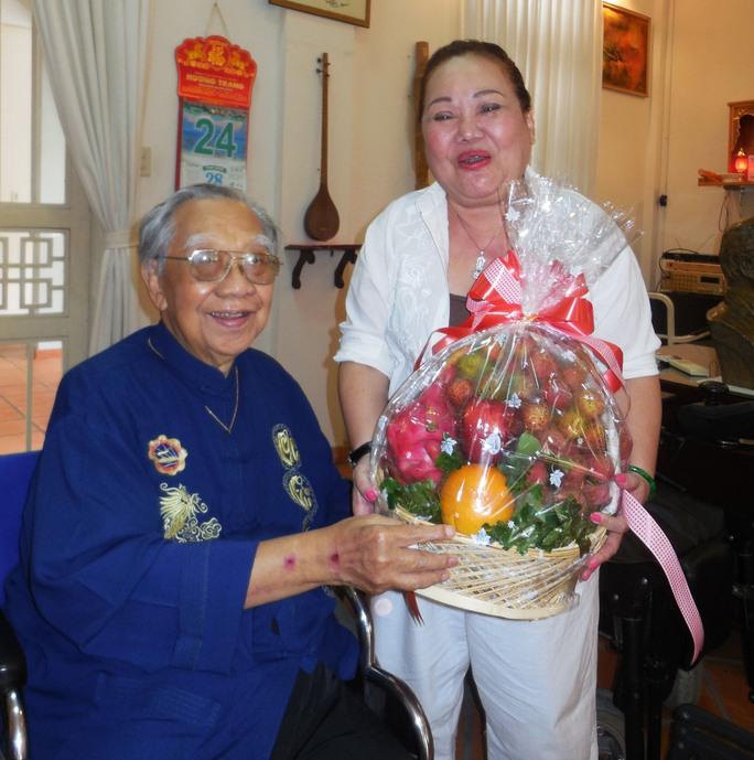 GSTS Trần Văn Khê và NSND Ngọc Giàu trong ngày mừng thọ 94 tuổi, trưa 24-7-2014.