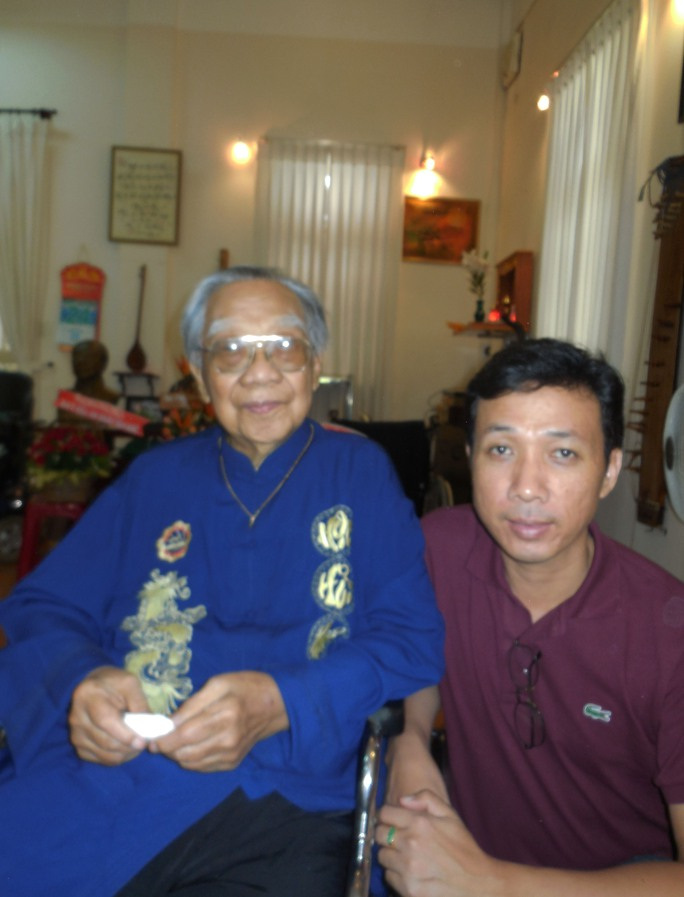 Nghệ sĩ Mai Thế Hiệp và GSTS Trần Văn Khê trong ngày mừng thọ 94 tuổi của ông