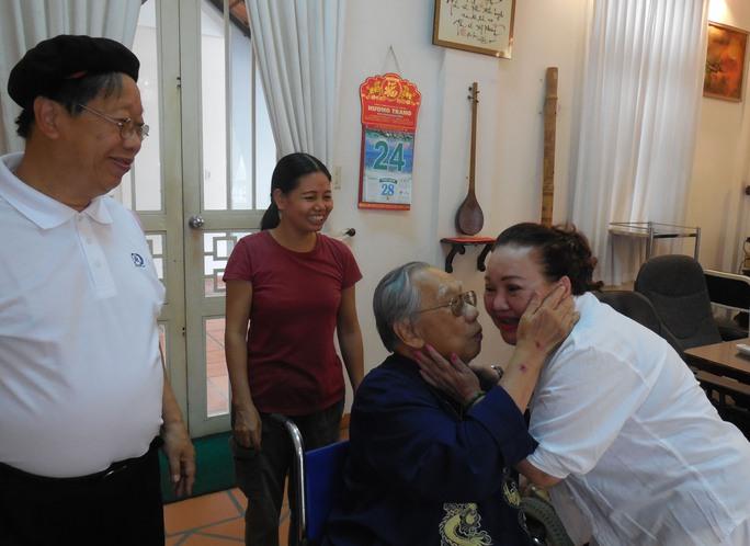 GSTS Trần Văn Khê hôn NSND Ngọc Giàu sau khi nghe bài ca bài Dạ cổ hoài lang tặng ông trong ngày mừng thọ 94 tuổi.