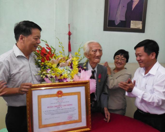 Ông Nguyễn Văn Minh – Phó giám đốc Sở VH, TT và DL TPHCM đã trao quyết định, trao bằng công nhận và Huân chương lao động hạng ba của nhà nước trao tặng cho NSND Viễn Châu
