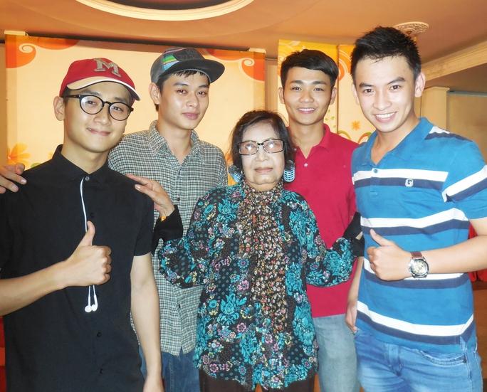 NSƯT Diệu Hiền và bốn nghệ sĩ trẻ trong lớp học võ thuật tại Nhà hát Bến Thành