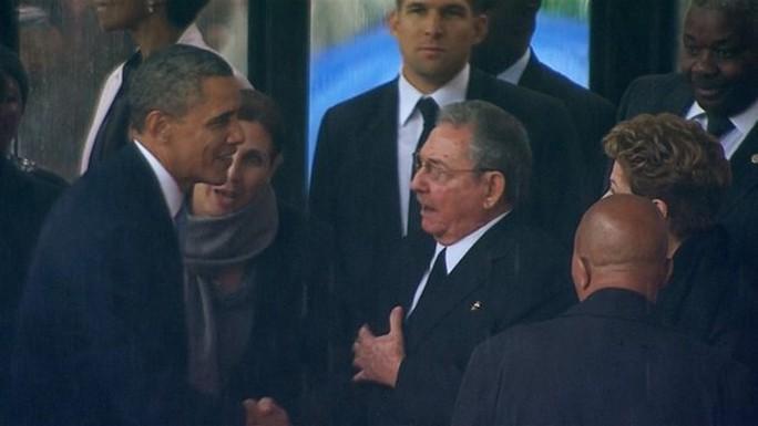 Tổng thống Mỹ Barack Obama bắt tay Chủ tịch Cuba Raul Castro  tại lễ tang cựu Tổng thống Nam Phi Nelson Mandela năm 2013. Ảnh: BBC