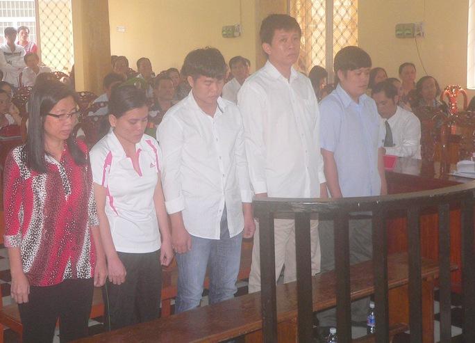 Các bị cáo Liễu, Vân, Doanh, Hiển và Đủ (theo thứ tự từ trái sang phải)
