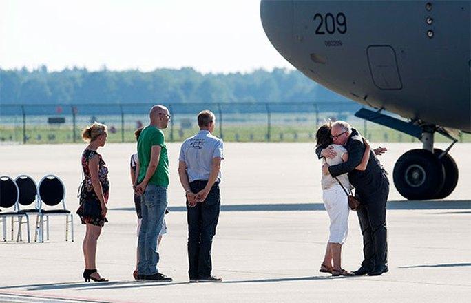 Ngoại trưởng Hà Lan Frans Timmermans an ủi người nhà nạn nhân tại sân bay. Ảnh: Reuters